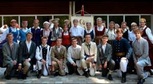 Šī gada Garezera 3. klases skolnieki pirms izlaiduma koncerta