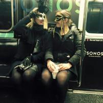Glaunā kariete (ahem…pazeme) ved uz masku ballīti…
