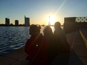 """Laura Nīgale: Mana vismīļākā vieta Rīgā kur man patika pasēdēt ar saldejumu jeb draugiem bija pie Daugavas krasta skatoties saules rietu pēc garas dienas. Pēc tam parasti baudijām Vecrīgas """"nakts dzīvi"""" vai nu dziedot kariokī """"Jautrā Lapsā"""" jeb satiekot pazīstams sejas """"Alas Folkklubā."""""""