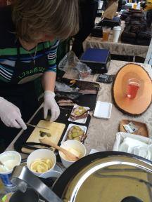 Laura Nīgals: Mans vismīļakais latviešu ēdiens bija noteikti smalk maizītes. Jo smalkmaizītes sastāv no visa labākā. Latviešu rupemaizes ar latvijas garšīgo sviestu un vai nu jāņu sieru, jeb svaigiem tomātiem no centrālā tirgus jeb ar speķi!