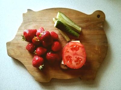 Līga Brammane: Mārtiņa Beķerejas magoņmaizītes! Arī no tirgus svaiga rupjmaize ar tomātu un sieru.